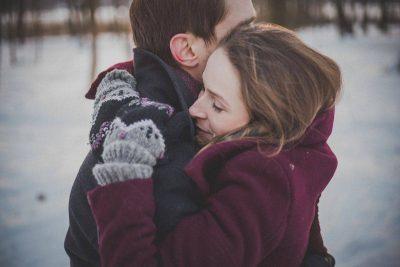 abbraccio coppia amore